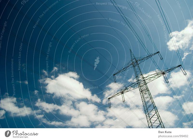 Draht aber herzlich Himmel blau hoch modern Elektrizität offen dünn Mitte unten Strahlung Bauwerk Strommast Geometrie edel Leitung