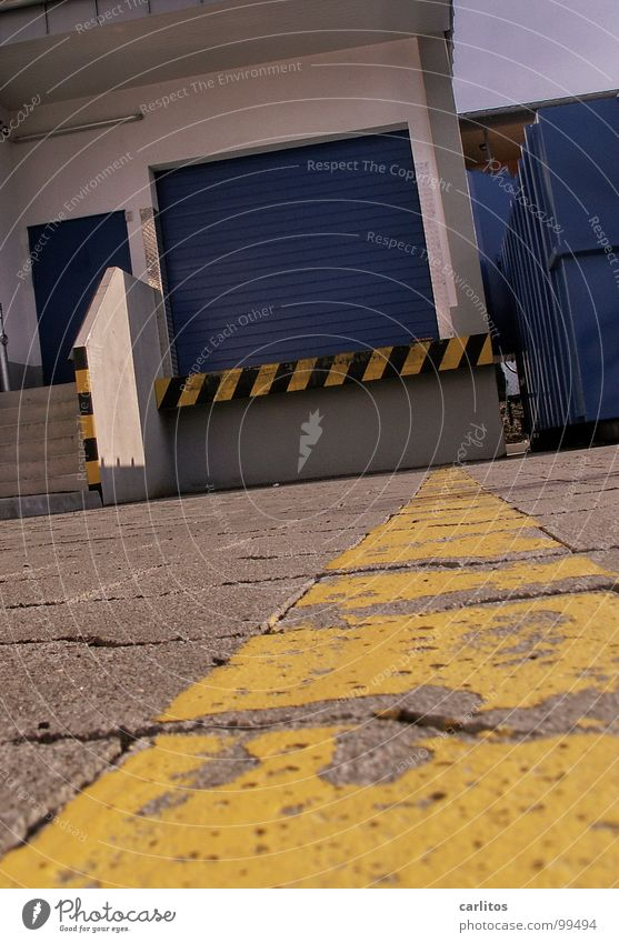 Blaues Tor Arbeit & Erwerbstätigkeit Schilder & Markierungen Sicherheit Streifen Warnhinweis Supermarkt Versand Rampe Warnschild Laderampe Warenannahme Rolltor