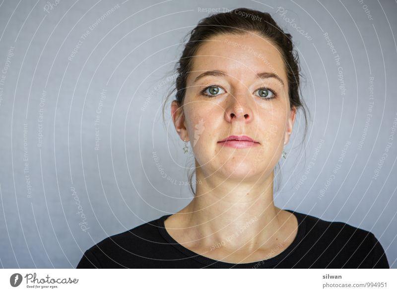 was - so ernst? ;) feminin Junge Frau Jugendliche 1 Mensch 30-45 Jahre Erwachsene glänzend Blick ästhetisch hell schön grau rosa schwarz Kraft Willensstärke