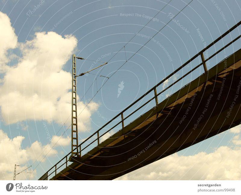 brücke mit wolke Eisen Konstruktion Elektrizität Geländer Barriere Froschperspektive Stahl schlechtes Wetter Bahnbrücke Raum zerbrechlich Eisenbahn fahren