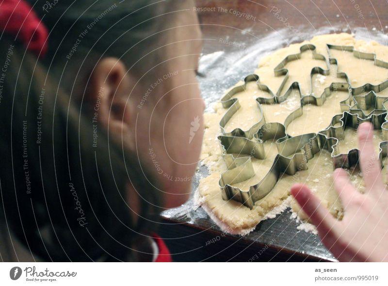 Mal naschen Mensch Kind Weihnachten & Advent Mädchen Essen Familie & Verwandtschaft Lebensmittel Häusliches Leben Geburtstag Kindheit Ernährung genießen Kochen & Garen & Backen berühren Küche lecker