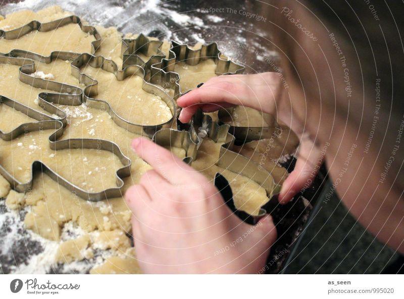 Action baking II Mensch Kind Hand Freude Mädchen Winter Leben Familie & Verwandtschaft Kopf Lebensmittel braun Metall authentisch Kindheit Fröhlichkeit Finger