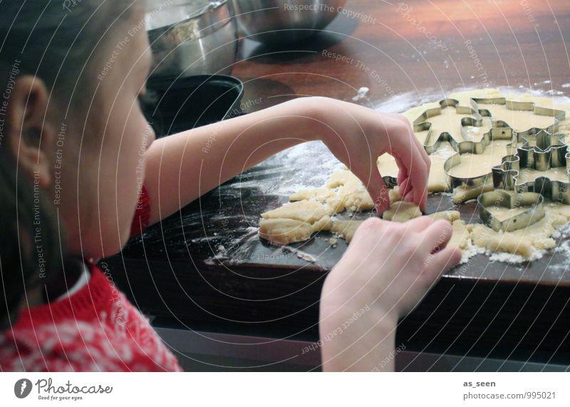 Backwerk Kind Weihnachten & Advent Hand Mädchen Leben Essen Familie & Verwandtschaft Feste & Feiern Lebensmittel Geburtstag Kindheit Ernährung Kochen & Garen & Backen Finger berühren Küche