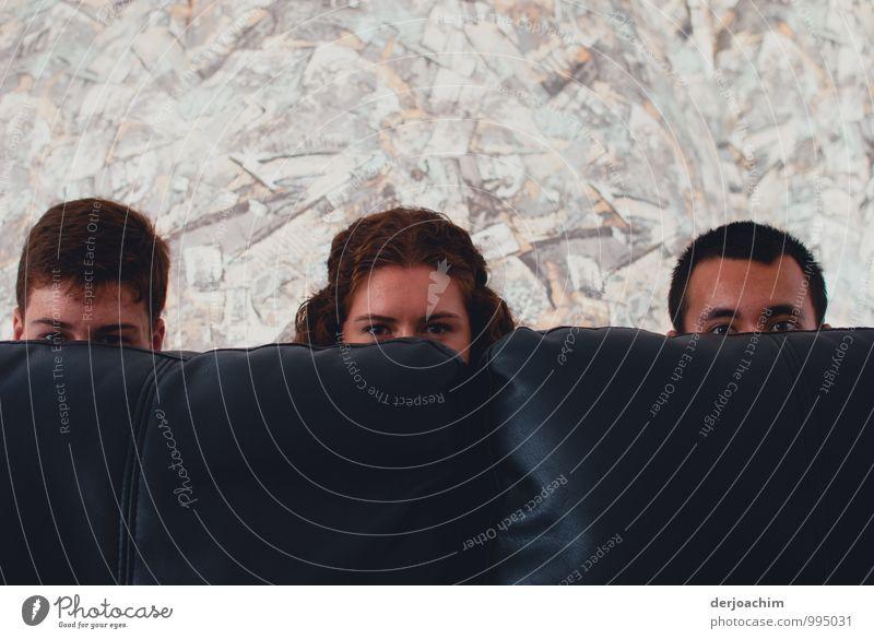 Gespannt auf Photocase ! Zwei Boys und ein Girl schauen hinter einem blauen Sofa. Queensland / Australia Freude harmonisch Sinnesorgane Wohnung Wohnzimmer