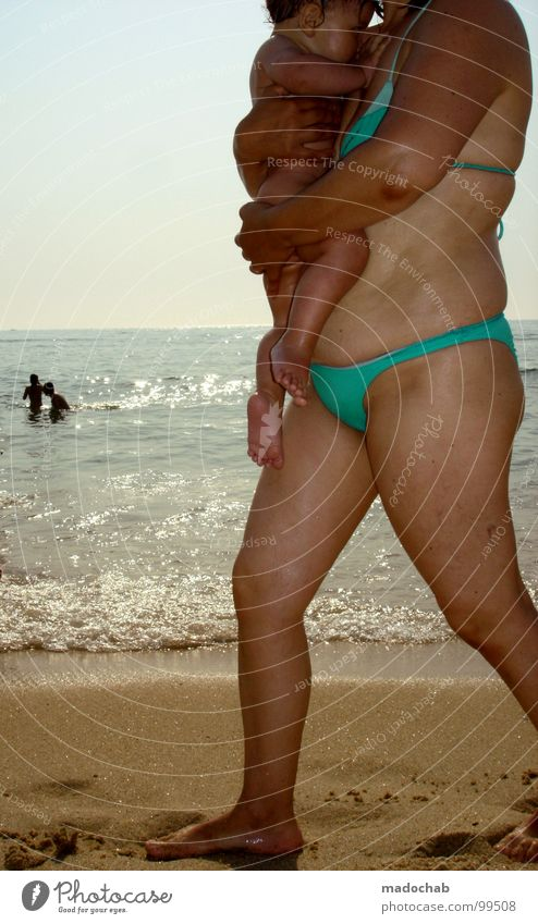 UNITED Mensch Strand Meer Ferien & Urlaub & Reisen Freizeit & Hobby Portugal Wellness Sicherheit Leben Mutter Baby Kind Kleinkind Sohn Tochter klein Bikini zyan