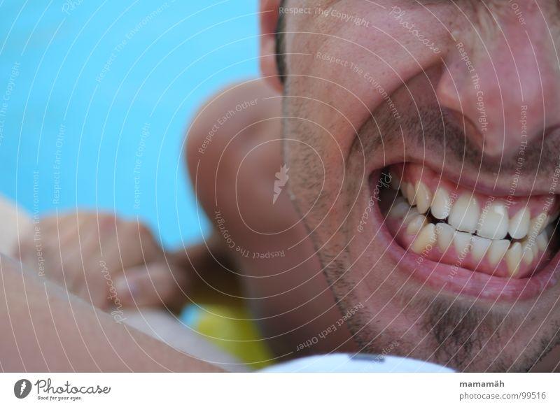 Zähnefletscherei Farbfoto Außenaufnahme Gesicht Ferien & Urlaub & Reisen Schwimmbad Mensch maskulin Junger Mann Jugendliche Nase Mund Lippen Bart Hand 1