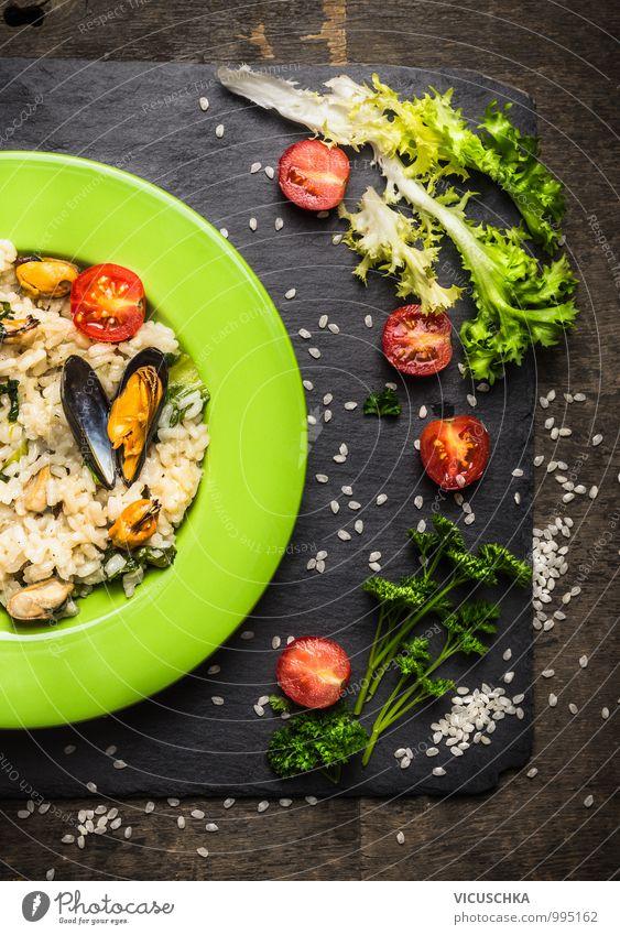 Risotto mit Miesmuscheln, Salat Blätter und Tomaten Lebensmittel Meeresfrüchte Gemüse Salatbeilage Kräuter & Gewürze Ernährung Mittagessen Abendessen Büffet
