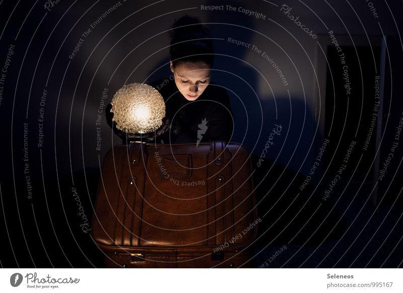 Ich packe meine Koffer und nehme mit... Mensch feminin Frau Erwachsene 1 Lampe Lampenschirm Lampenlicht Leder leuchten träumen dunkel Beleuchtung