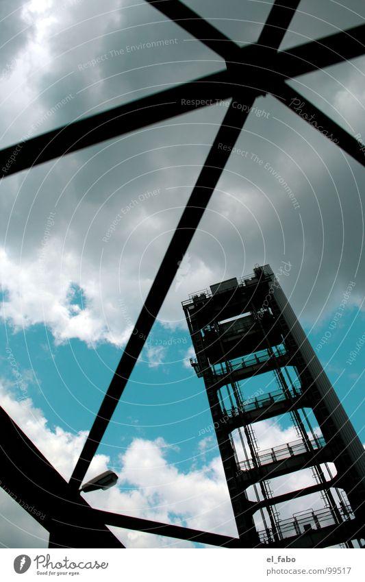 hamburg - herz aus stahl Himmel Wolken Architektur Metall groß Stahl aufwärts Eisen Bildausschnitt Anschnitt streben standhaft Stahlträger Stabilität