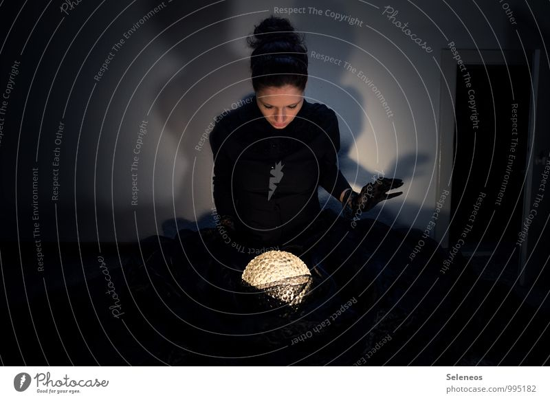 Abrakadabra Mensch feminin 1 Subkultur Rockabilly Stoff Handschuhe brünett Schatten Schattenspiel Lichtschein Zauberei u. Magie Kugel Farbfoto Innenaufnahme