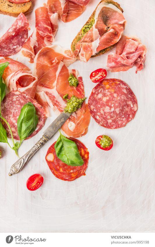 Bruschetta mit italienische Wurst,Schinken und Pesto weiß Blatt Stil Essen Lebensmittel oben Foodfotografie Design Perspektive Ernährung Kräuter & Gewürze