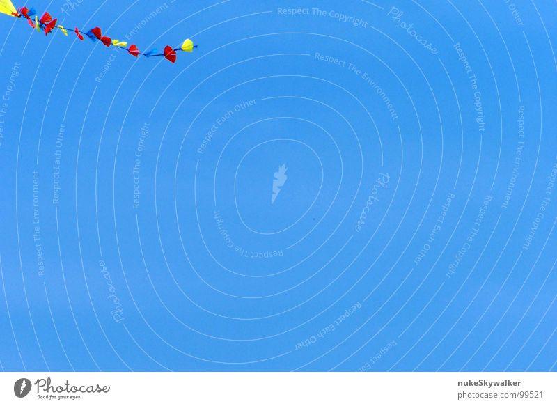 Drachenschwanz azurblau Kiting Schwanz Abheben Kinderspiel Fluggerät Strand Ameland Sehnsucht Windkraftanlage Spielen Himmel Schönes Wetter Ende Stabilisierung