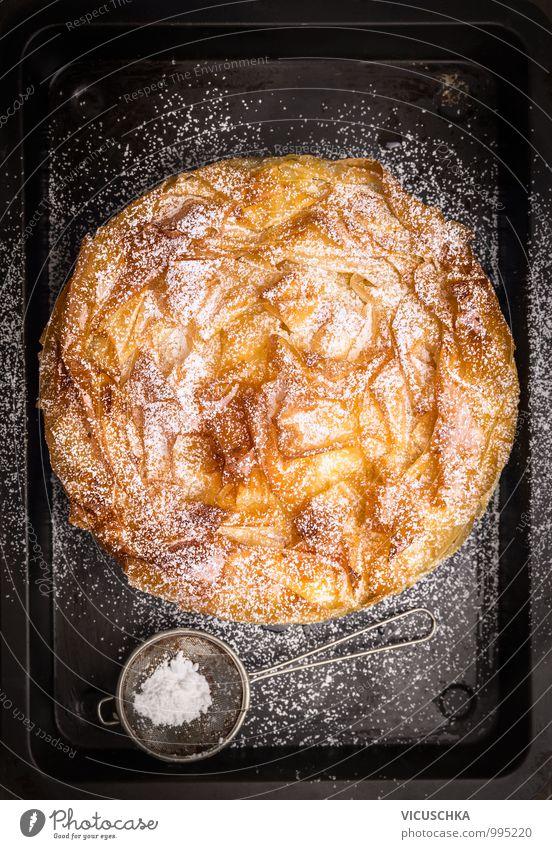 Runde Filloteigkuchen mit Puderzucker Sieb auf Backblech alt schwarz Stil Feste & Feiern Lebensmittel oben Design Perspektive Ernährung süß