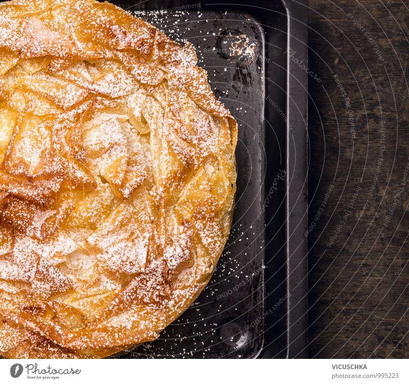 Kuchen mit Filoteig auf altem Backblech Blatt schwarz dunkel Stil Holz Essen Lebensmittel oben Foodfotografie Design gold Perspektive Ernährung