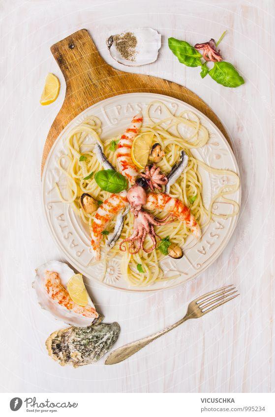 Spaghetti Meeresfrüchte mit Sardellen,Garnelen and Octopus Lebensmittel Kräuter & Gewürze Öl Mittagessen Festessen Geschirr Teller Gabel Stil Design