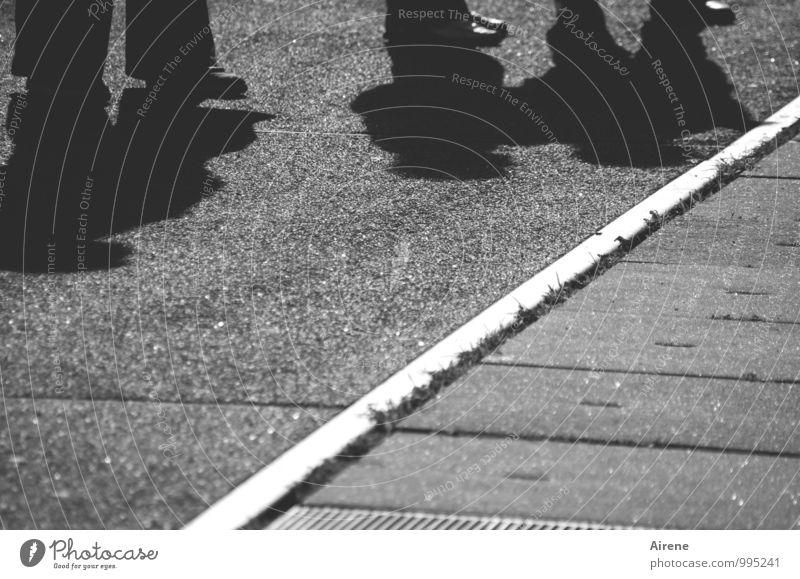 AST7 Pott | schattenreich Mensch Beine Fuß 3 Fußgänger Straße Straßenrand Hose Schuhe Beton stehen warten außergewöhnlich dick klein grau schwarz weiß skurril