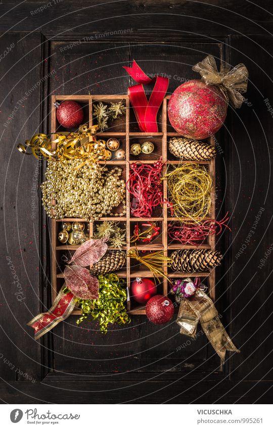 Holzkiste mit Weihnacht Dekoration , auf dunklem Hintergrund Stil Design Winter Innenarchitektur Dekoration & Verzierung Feste & Feiern Weihnachten & Advent