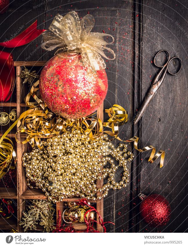 Weihnacht Dekoration in Holzkiste und alte Schere Weihnachten & Advent Haus Freude Winter Stil Holz Wohnung Design Dekoration & Verzierung Tisch Gold Tradition Kugel Sammlung Kasten Kiste