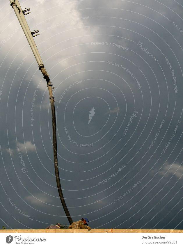 Mal wieder richtig sauber machen. Mann Himmel Wolken Arbeit & Erwerbstätigkeit grau Wind Wetter Beton groß Industrie Macht Industriefotografie bedrohlich Baustelle Sturm blasen