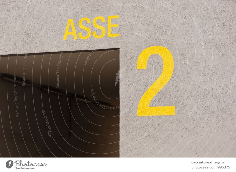 Nicht wirklich Tunnel Mauer Wand Hausnummer Schriftzeichen Ziffern & Zahlen bedrohlich dunkel kalt trist gelb grau Sorge Angst Zukunftsangst gefährlich Ärger