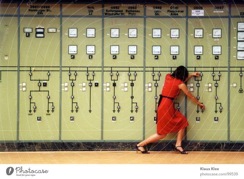 TO PLAY WITH THE BOMB :: Schalter Muster rot Kleid Linie Bombe schalten Frau süß fantastisch Lampe Tisch Dach diffus Mensch Atombombe töten Rad Knöpfe