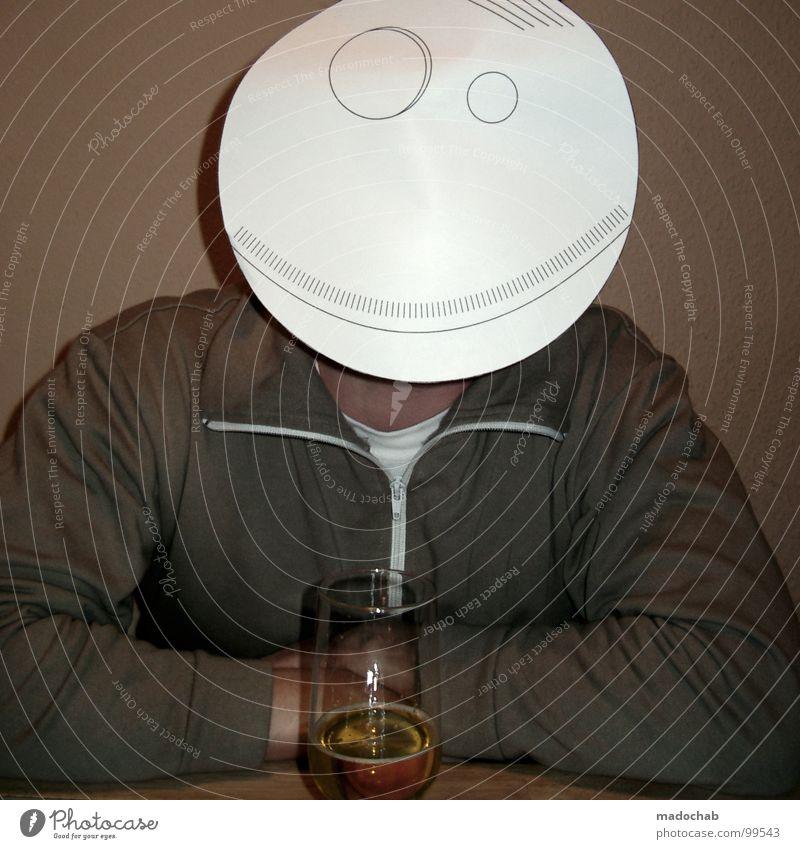 ANONYMER ALKOHOLIKER Mann Traurigkeit Glas sitzen mehrere gefährlich viele Suche trinken Niveau Bier Maske Bar Gastronomie Verfall verstecken