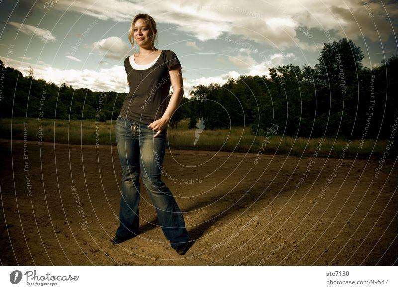 Danielle mit Wolken im Hintergrund Frau Himmel grün Wolken dunkel Wiese blond Jeanshose Amerika ländlich dramatisch