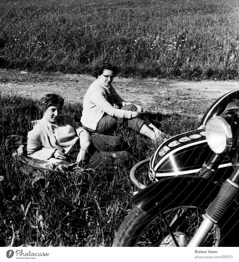 Motorradbräute Frau Beiwagen Pause Feld Wegrand Feldrand Blume Wochenende Schwester Verkehr Freizeit & Hobby sitzen liegen Pferdefuhrwerk Horex 350er Regina