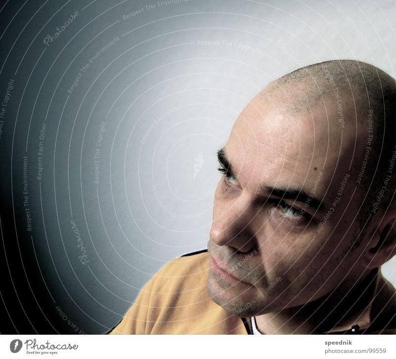 Losing Touch With My Mind Porträt bleich gelb weiß Glatze Mann Denken Haarschnitt beleidigt Frustration Schlechte Laune Trauer Haare & Frisuren Verzweiflung