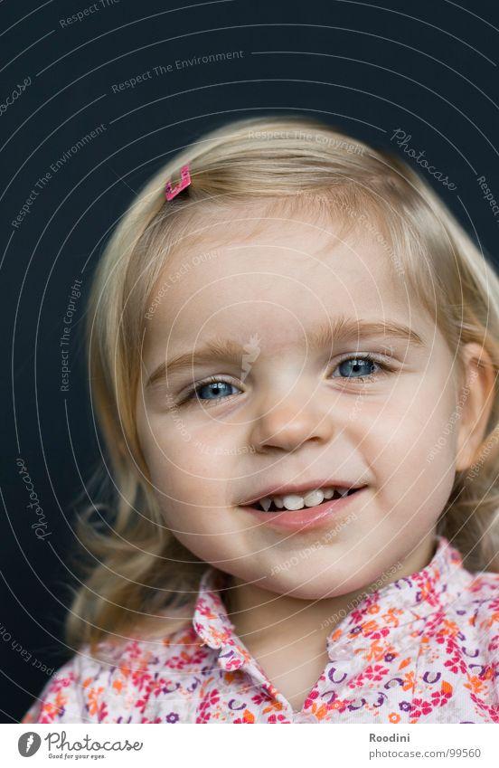 ganz brav Kind Mädchen Kleinkind süß niedlich Kindergarten Junge Fröhlichkeit Unbekümmertheit Porträt klein Gesichtsausdruck Haarspange lustig Kindererziehung