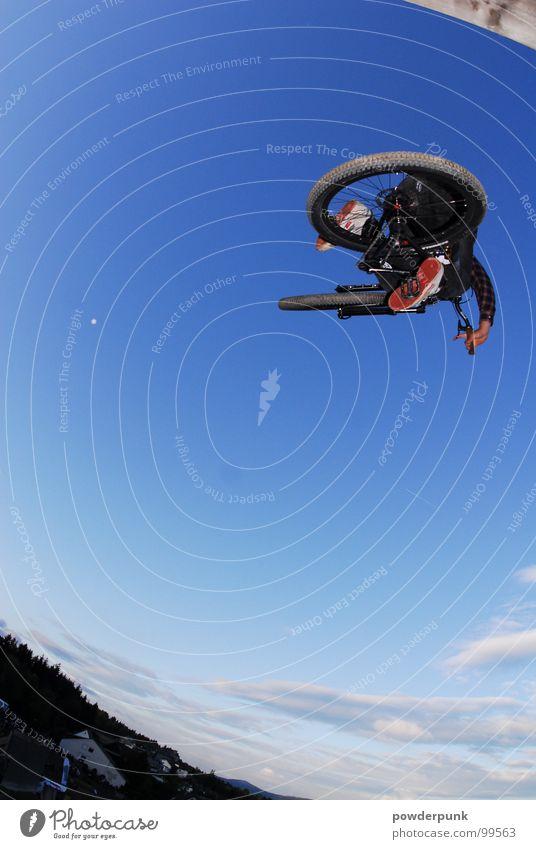 MTB - Herr der Lüfte Himmel Natur Sport springen Stil Fahrrad dreckig Geschwindigkeit Bild anstrengen Sportveranstaltung Sportler Freestyle extrem Mountainbike
