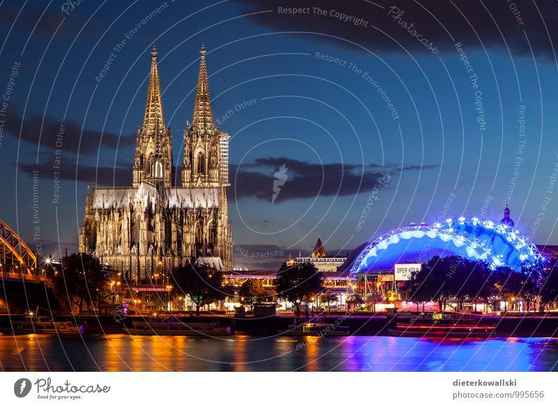 Kölner Dom III Kirche Sehenswürdigkeit Kultur Kunst Farbfoto Außenaufnahme Abend Dämmerung Starke Tiefenschärfe