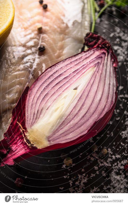 Halbe roter Zwiebel mit Salz mit Fischlilet Gesunde Ernährung schwarz dunkel Leben Stil Lebensmittel Foodfotografie Design Kochen & Garen & Backen Küche