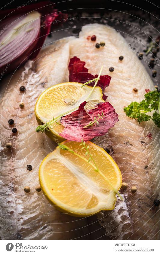 Zitronen Hälfte auf rohem Zander Fischfilet Natur Gesunde Ernährung dunkel Stil Lebensmittel Foodfotografie Frucht Design Kräuter & Gewürze Bioprodukte