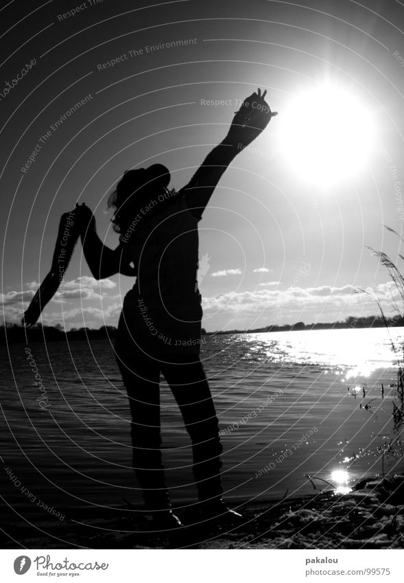 catch a part of the sky fangen dunkel Gegenlicht Frau Mensch See Horizont Sehnsucht Schal Reflexion & Spiegelung Schwarzweißfoto Herbst Schatten silouette Natur