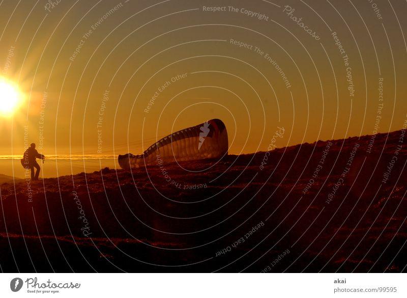 Groundhandling 3 Gleitschirmfliegen Farbenspiel himmelblau Romantik Sonnenlicht Sonnenstrahlen Sonnenuntergang heimelig Abend Bronze Gefühle Schwärmerei orange