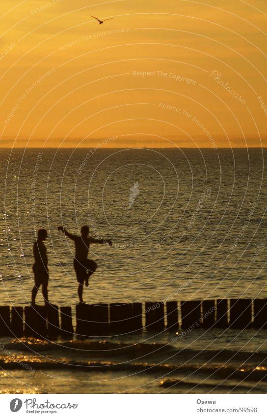 Sommer Sonnenuntergang Dämmerung Meer Mann Yoga Turnen 2 Wellen Strand Freude Ostsee Tanzen Silhouette Pfosten Wasser