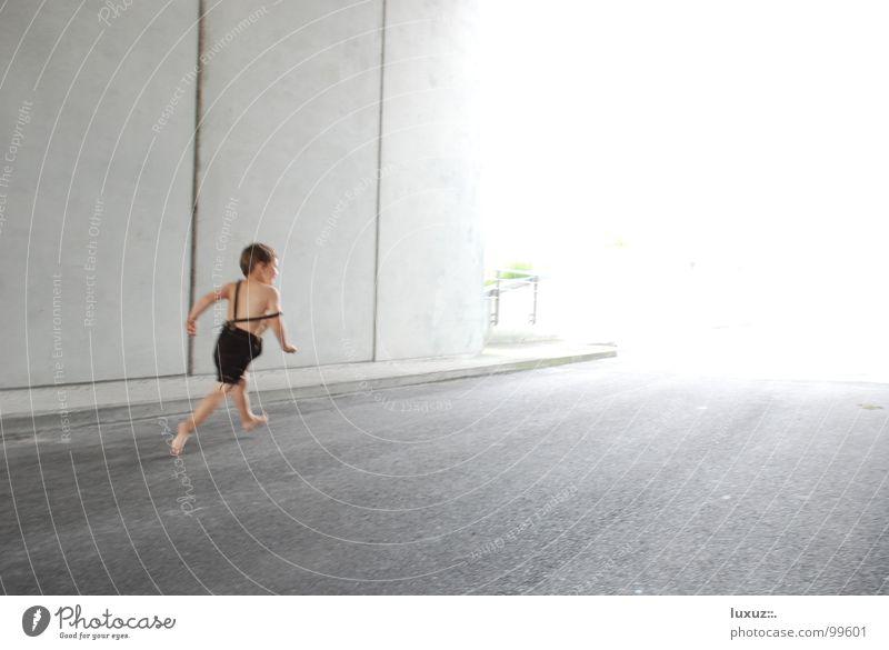 Renner Geschwindigkeit Tunnel grell blenden Barfuß laufen Krachlederne Beton Kind gehen Licht Verkehrswege hell rennen Junge Eile Textfreiraum rechts Asphalt 1