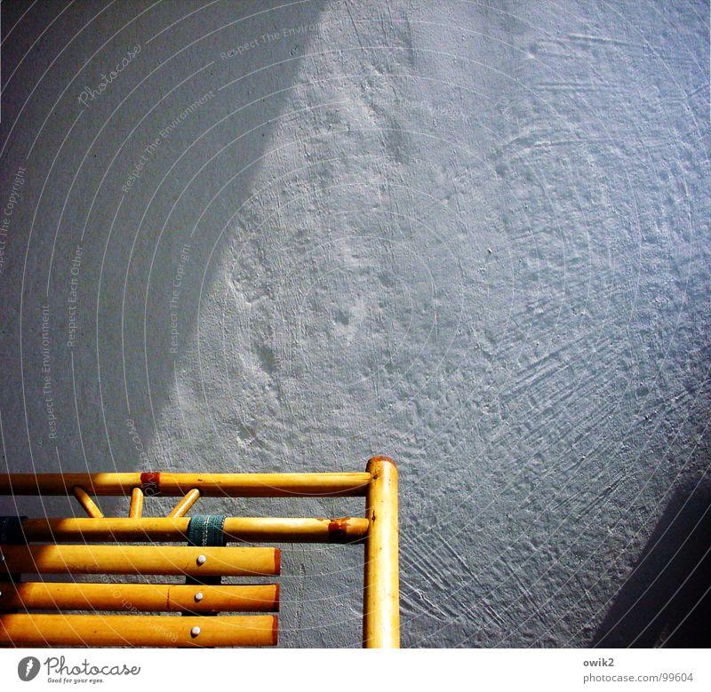 Meditation Erholung ruhig Sonnenbad Häusliches Leben Wohnung einrichten Möbel Stuhl Feierabend Klima Schönes Wetter Architektur Mauer Wand Balkon verputzt blau