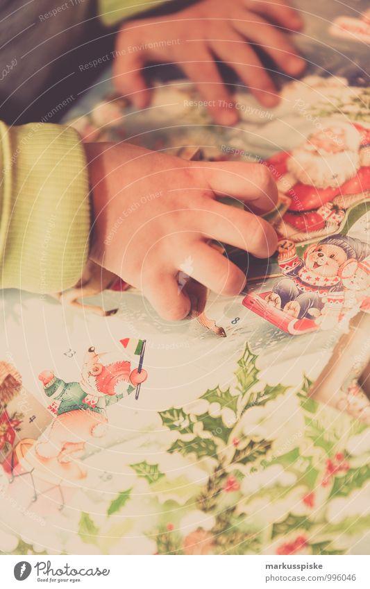 adventskalender Mensch Kind Weihnachten & Advent Hand Freude Gefühle Spielen Glück Arbeit & Erwerbstätigkeit Wohnung Häusliches Leben sitzen Arme Lächeln Finger Geschenk