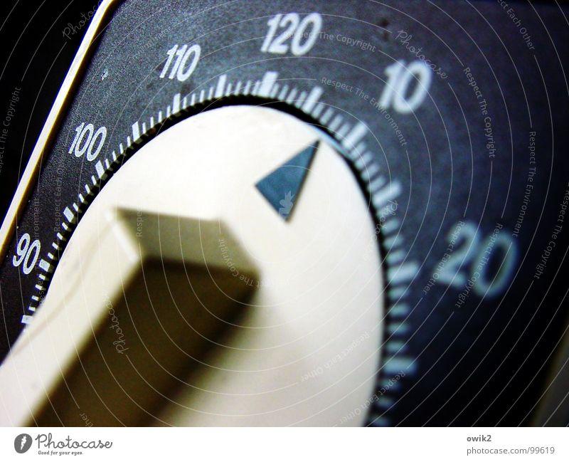 Noch acht Minuten weiß blau schwarz warten Zeit Küche Uhr Ziffern & Zahlen Vergänglichkeit Haushalt geduldig messen Wecker gebrauchen diszipliniert