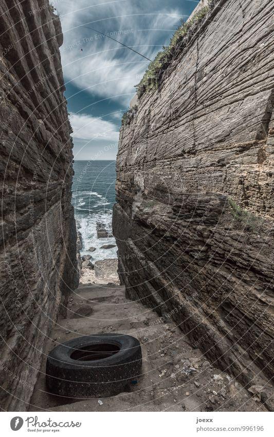 Anglerpech Angeln Natur Himmel Wolken Schönes Wetter Felsen Treppe gigantisch hoch blau braun schwarz weiß Umweltverschmutzung Autoreifen Altreifen Reifen