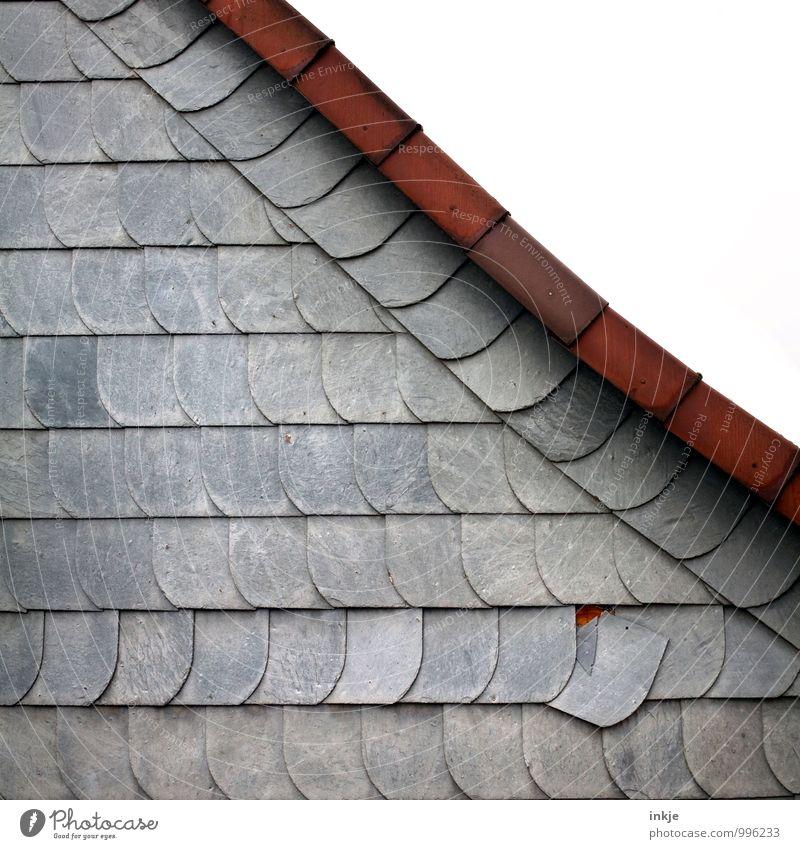 aus der Reihe tanzen Menschenleer Haus Gebäude Fassade Dach Dachfirst Linie Plattenbau Silikat-Mineral einzigartig braun grau einzeln rutschen Neigung