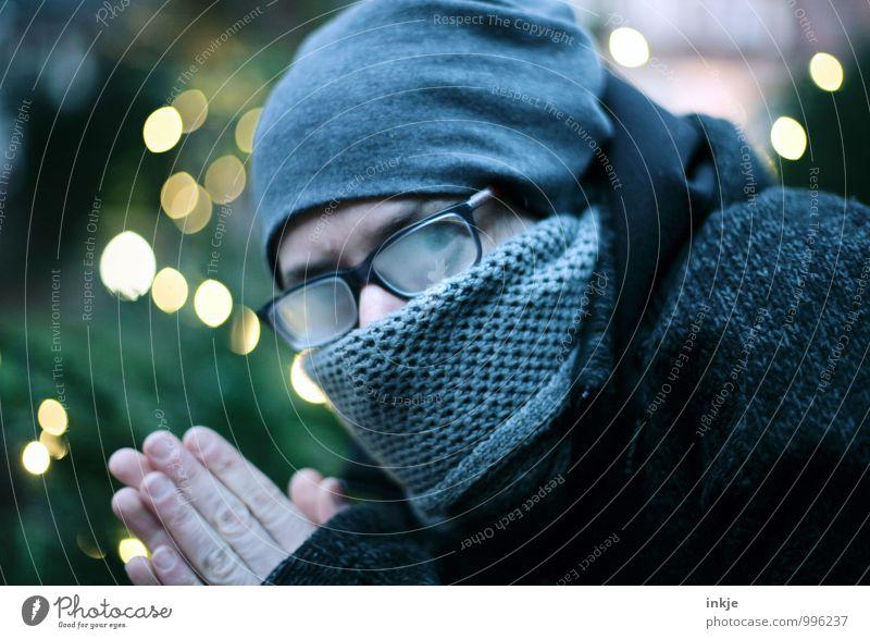 und es wird doch noch kalt Frau Weihnachten & Advent kalt Erwachsene Gesicht Leben Gefühle Stimmung glänzend Lifestyle Brille Mütze Jacke frieren Schal Misstrauen