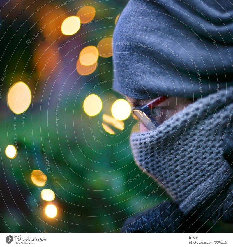 ... Lifestyle Stil Freizeit & Hobby Weihnachten & Advent Frau Erwachsene Leben Gesicht 1 Mensch 30-45 Jahre Brille Schal Mütze Unschärfe Lichtspiel Denken