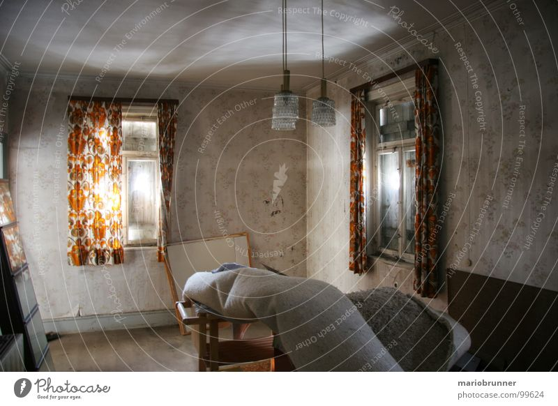 haus der oma 01 alt Haus Raum orange Häusliches Leben verfallen Vorhang Teppich Siebziger Jahre veraltet old-school Unbewohnt