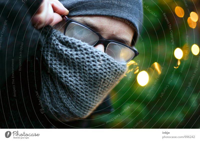 . Mensch Frau Weihnachten & Advent Winter kalt Erwachsene Gesicht Leben Lifestyle Freizeit & Hobby Wetter Klima Brille Neugier Mütze Konzentration