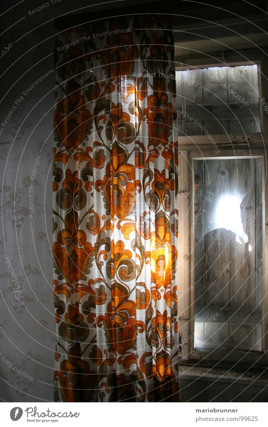 haus der oma 02 Vorhang Unbewohnt Raum Siebziger Jahre veraltet Haus Licht old-school Fensterladen retro verfallen Häusliches Leben verstaubt orange vintange