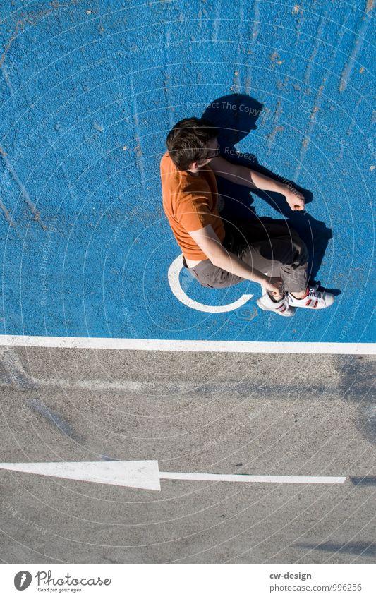Mann auf Ball Mensch maskulin Junger Mann Jugendliche Erwachsene Leben 1 Fußgänger Wege & Pfade Bürgersteig Fußweg Stein Beton Zeichen Schilder & Markierungen