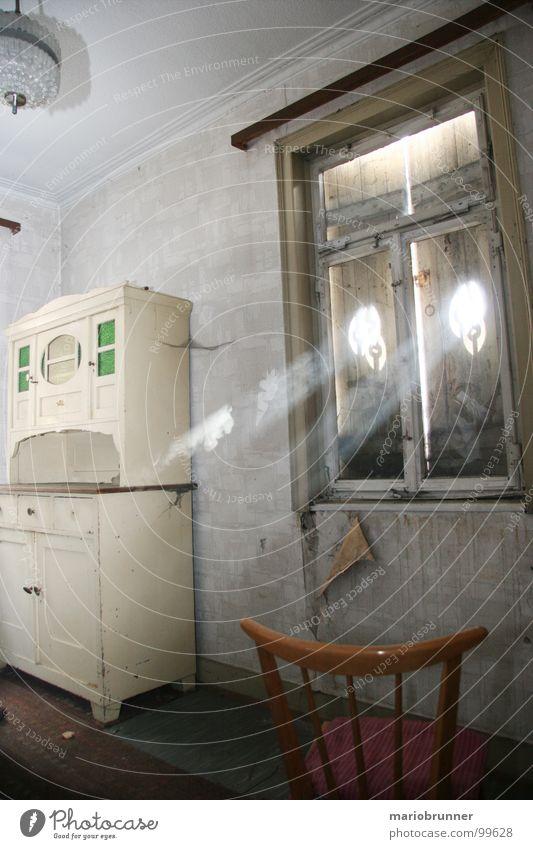 haus der oma 05 Unbewohnt Raum Siebziger Jahre veraltet Haus Licht old-school Fensterladen retro Schrank Staub Lichteinfall Häusliches Leben verfallen verstaubt